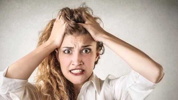 Frau rauft sich die langen Haare und schaut besorgt - wozu CRM