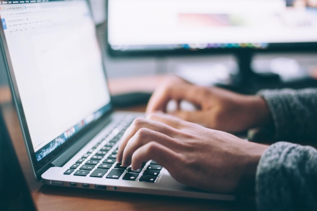 Hände auf der Laptop-Tastatur