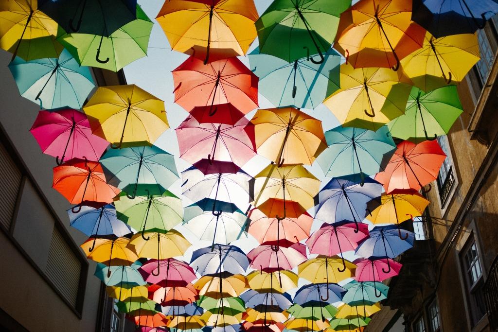 Bunte Regenschirme über einer Straße